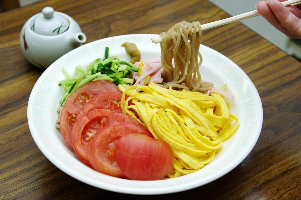 腸内フローラにいい働き!板野町特産・もち麦の冷やし中華、はじめました