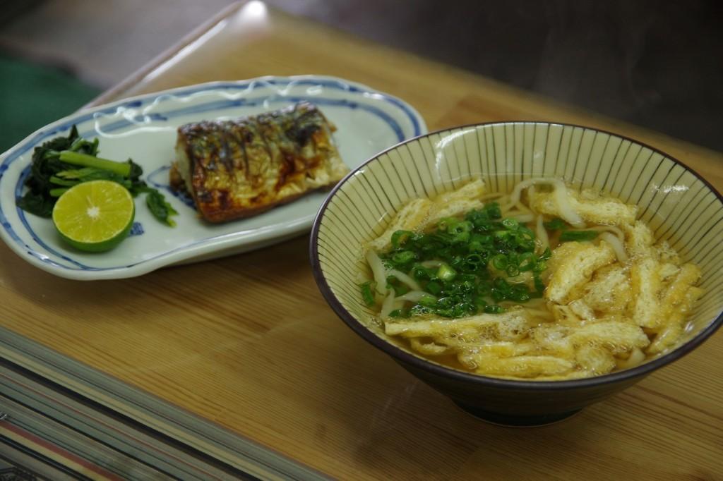 徳島市中央卸売市場にある「まるひろ」は、鳴門うどんもおかずもご飯も旨かった!