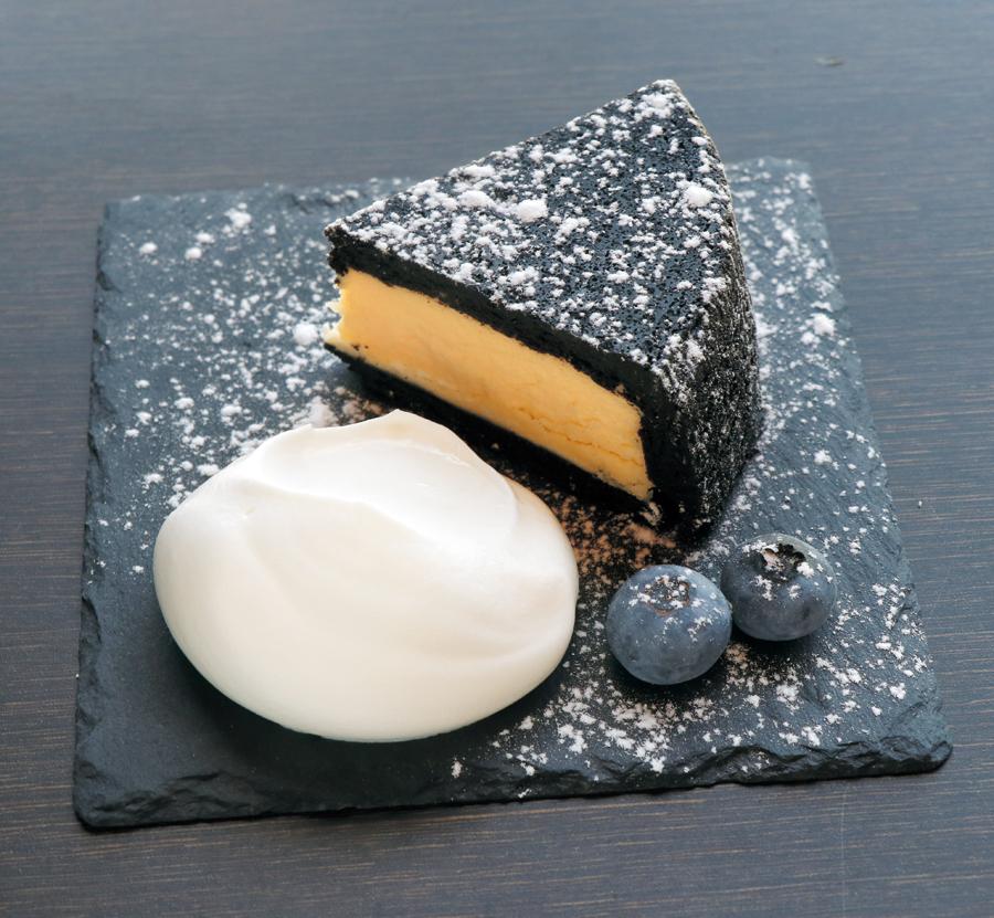チーズケーキが黒いワケ。その正体やいかに…? クセになるおいしさ、予想を超えてゆけ。徳島で味わえる『黒チーズケーキ』4選!
