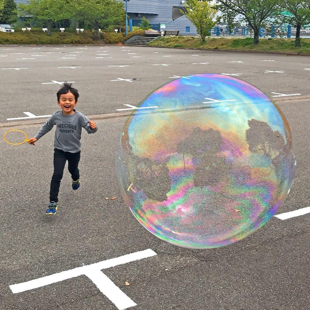 天気の良い休日は、子どもと巨大シャボン玉を飛ばそう!