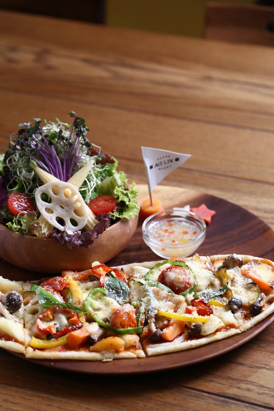 《美馬市/Aᗡ LIV(アドリブ)》泊まらなくても食べられる宿めし。具材を敷き詰めたピザは見た目も食感も楽しい!