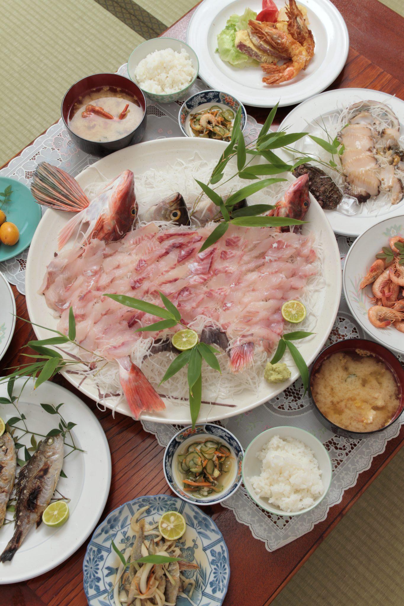 《阿南市/ゆきや荘》泊まらなくても食べられる宿めし。海の幸がてんこ盛り! ごちそうが大皿にズラリ
