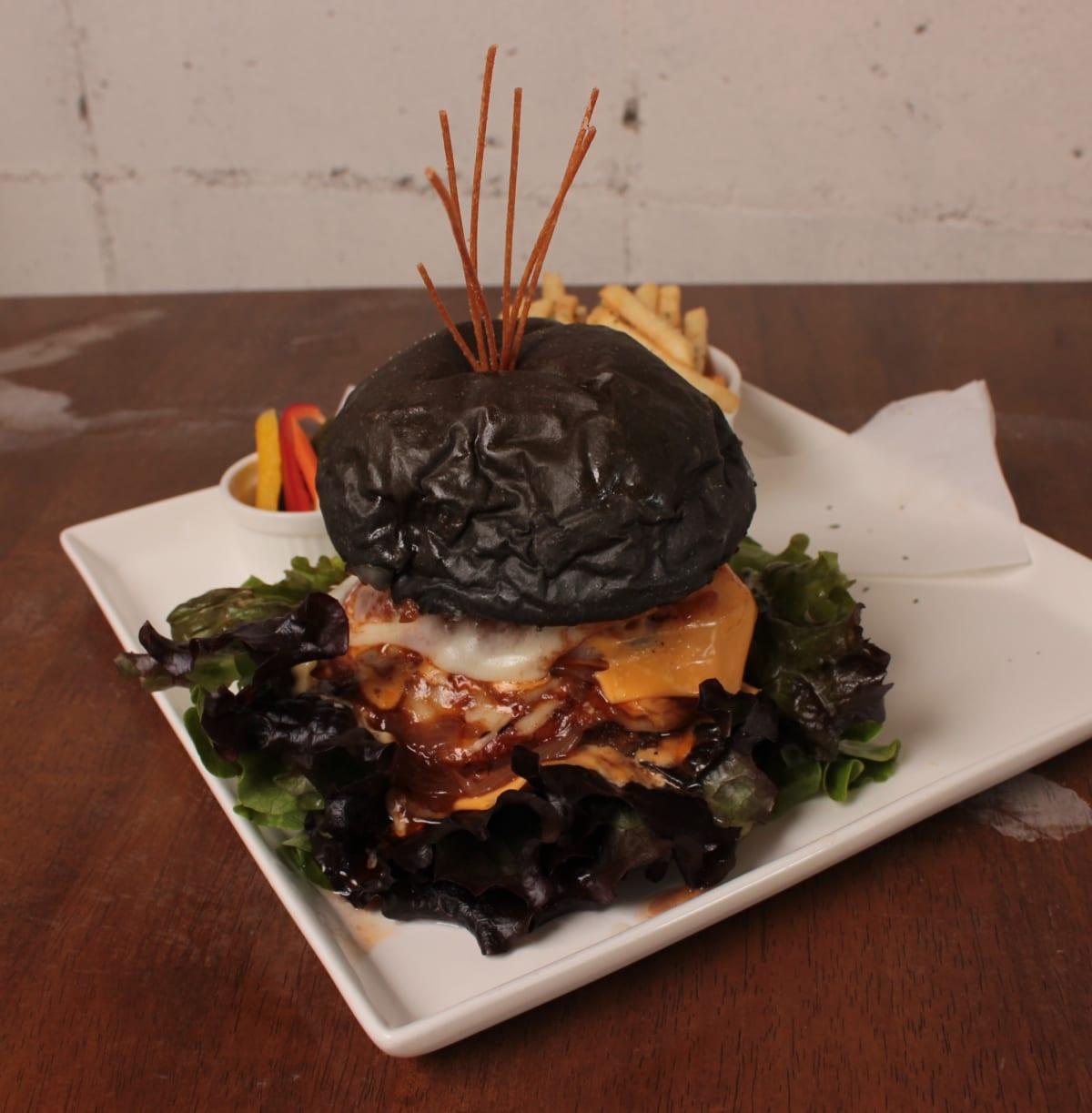 《徳島市/BOMBOM Burger》インパクト絶大! すべて手作りのハンバーガー
