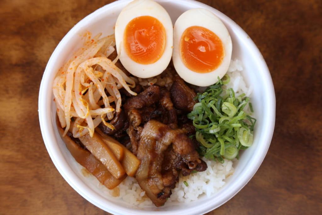 徳島ラーメン人気店『麺王』に持ち帰り限定メニューが!ボリューム満点の丼を召し上がれ。